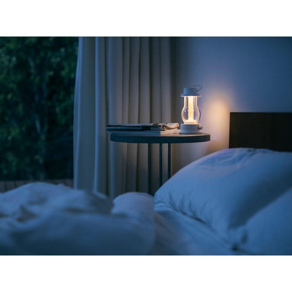 BALMUDA/バルミューダ The Lantern 夜間はベッドサイドのあかりとして。