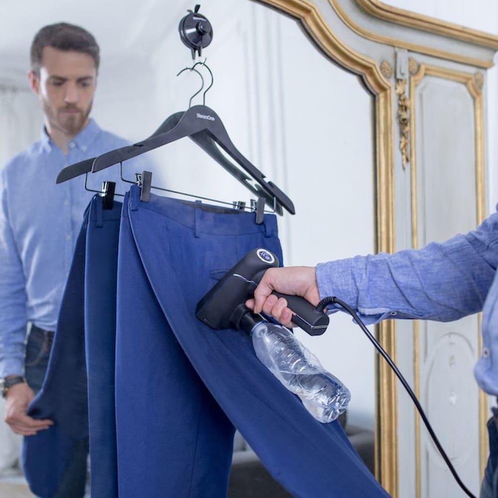 SteamOne (スチームワン)衣類スチーマー 付属の吸盤ハンガーフックを使えばスチーム掛けする衣服をつる下げる場所がない、というストレスも解消。細かいところまで