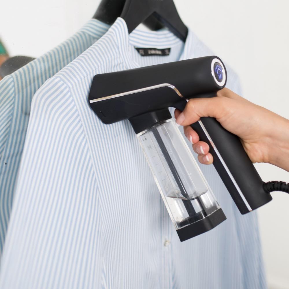 SteamOne (スチームワン)衣類スチーマー (イ)ブラック  付属のフックにハンガーをかけられます。