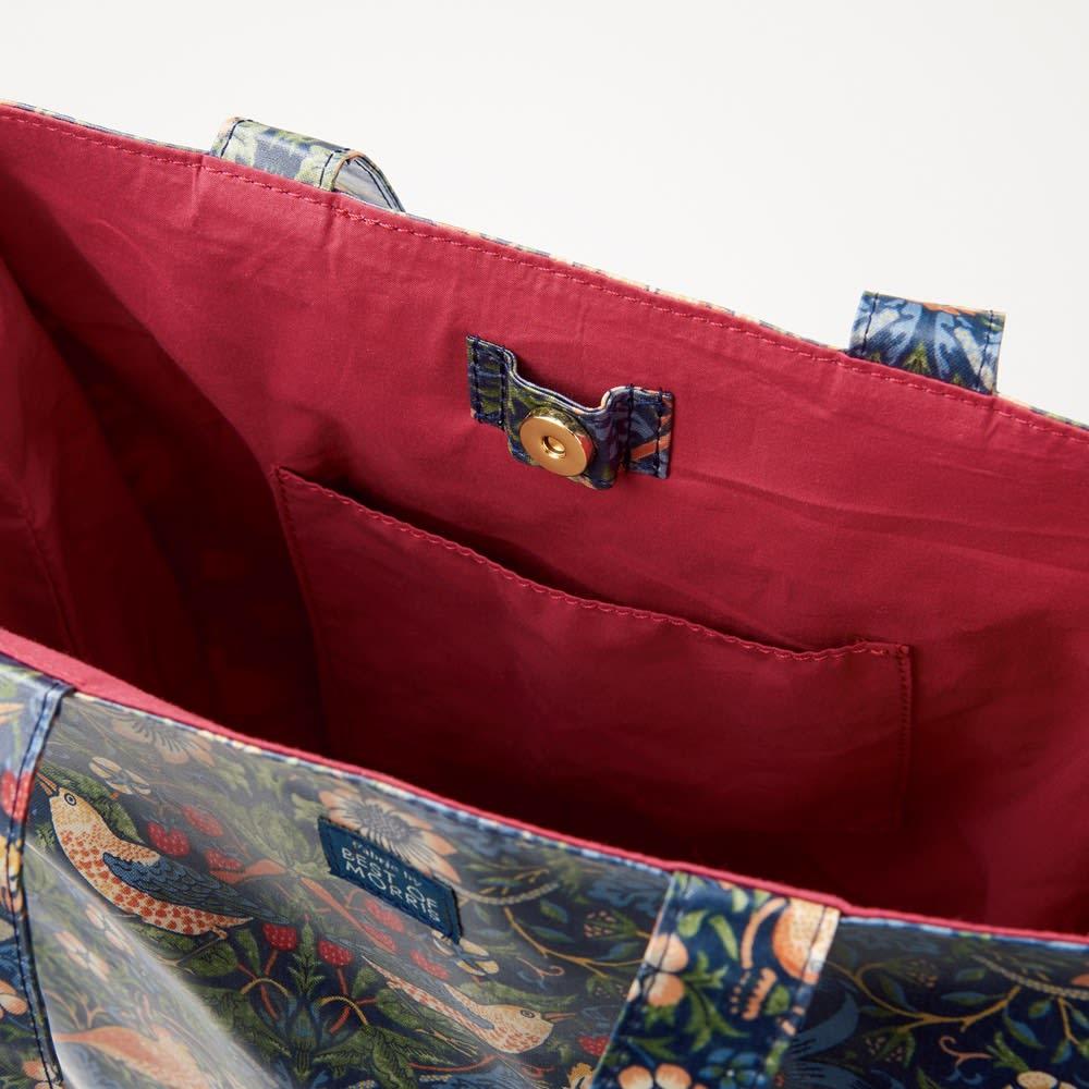 ベストオブモリス PVC加工トートバッグ (ア)いちご泥棒 開閉部はマグネット付き。内側にはポケットも。