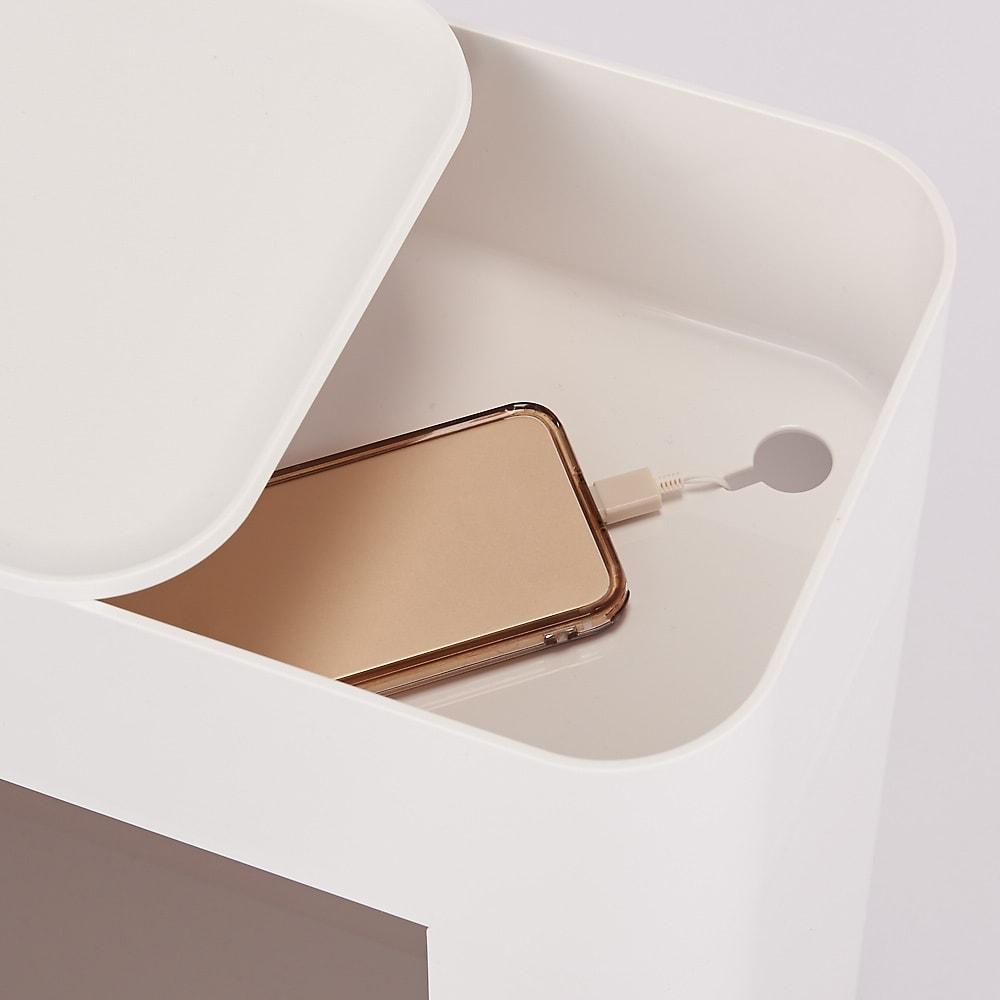 ENOTS/エノッツ マルチサイドワゴン[I'mD/アイムディー] ボックストレーと本体底部にコード穴があるのでスマートに充電も可能。