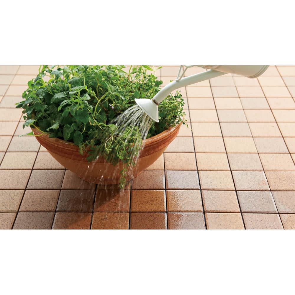 打ち水効果で涼を呼び込む TOTO 保水タイプ ガーデンマット 10枚組(MTシリーズ) 朝水をまくと効果的。タイルが熱を持つのを防ぎ暑さを緩和し、植物の夏枯れ対策にも。