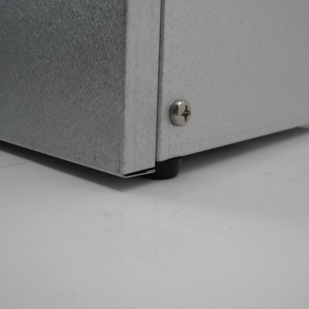 大きく開くガルバ製ゴミ保管庫 幅100奥行55cm ガタ付きを抑えるアジャスター付き。