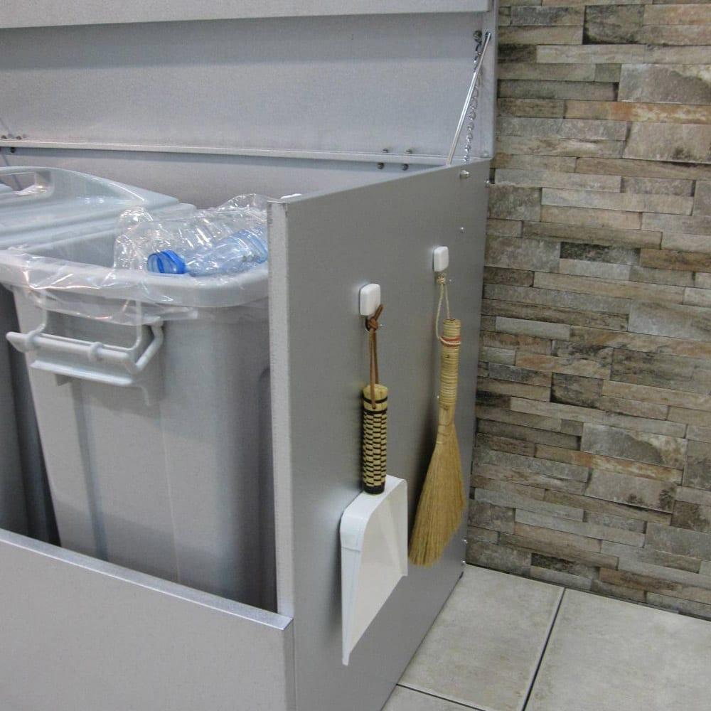 大きく開くガルバ製ゴミ保管庫 幅100奥行55cm 使い勝手のよいマグネットフック2個付き。 ※写真はペール付きタイプ