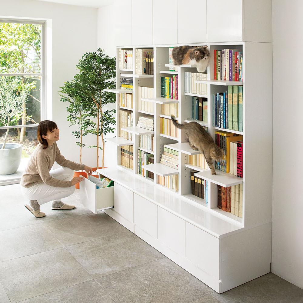 登って遊べるネコ用ステップ付き たっぷり収納本棚  幅116.5cm高さ180cm コーディネート例(ア)ホワイト ※お届けする商品は写真右の幅116.5cmタイプの本体のみです。