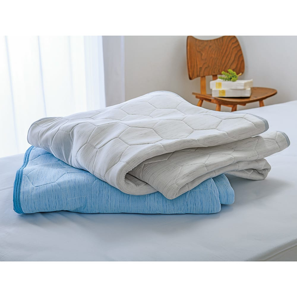 ひんやり除湿寝具 デオアイス エアドライ  敷きパッド 上から(イ)ライトグレー(ア)ブルー 夏の寝室を明るく演出してくれる2色をご用意。しっかりとした厚みと寝心地で高級感のある夏の敷きパッドです。