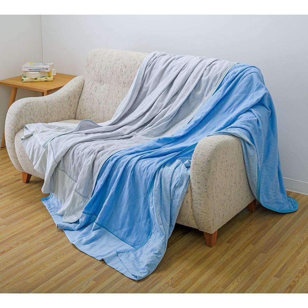 ひんやり除湿寝具 デオアイスエアドライシリーズ さらさらケット 手前から(ア)ブルー(イ)ライトグレー 片面はパッドと同じひんやり生地、もう片面はふんわりやわらかな二重ガーゼ生地のリバーシブルケット。パッドとのセット使いがおすすめ!