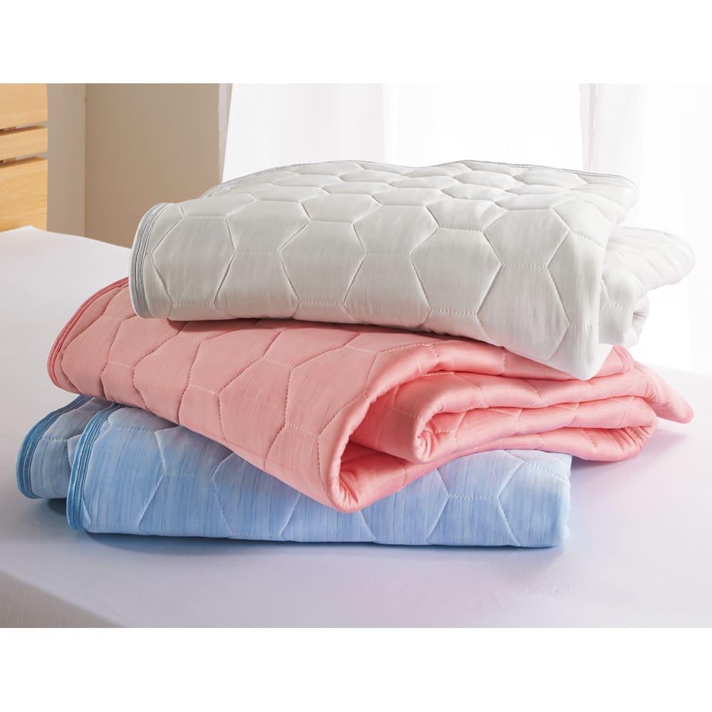 ひんやり除湿寝具 デオアイスネオシリーズ 敷きパッド 上から(ウ)グレー (イ)ピンク (ア)ブルー ひんやり除湿敷きパッド 夏の寝室を明るく演出してくれる3色をご用意。しっかりとした厚みと寝心地で高級感のある夏の敷きパッドです。
