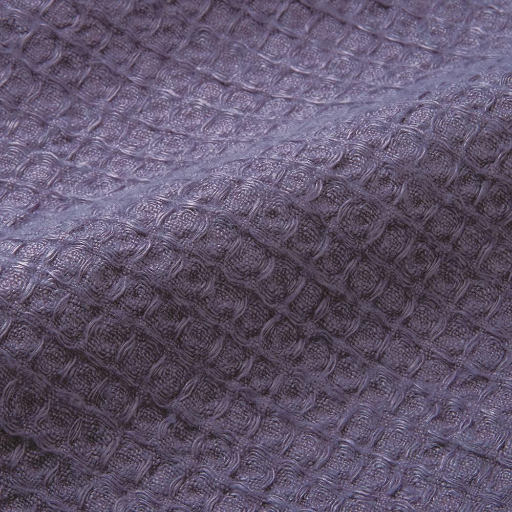 【LINEN & BASIC】リネン&ベーシック  リネン ワッフル織マルチケット シングル (ウ)アッシュパープル 生地アップ 上質なリネンを使用し、生地を傷めないよう時間をかけて丁寧に染色。頬ずりしたくなるような風合いです。