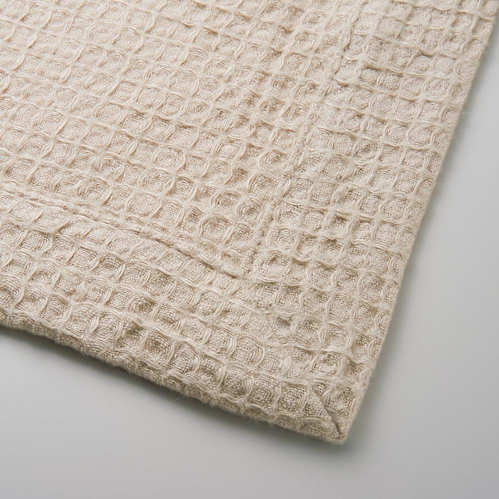 【LINEN & BASIC】リネン&ベーシック  リネン ワッフル織マルチケット おなかケット(ハーフケット) ケットの四隅の始末など、隅々まで美しく丁寧な縫製に感動。見た目の美しさと快適な使い心地を兼ね備えています。
