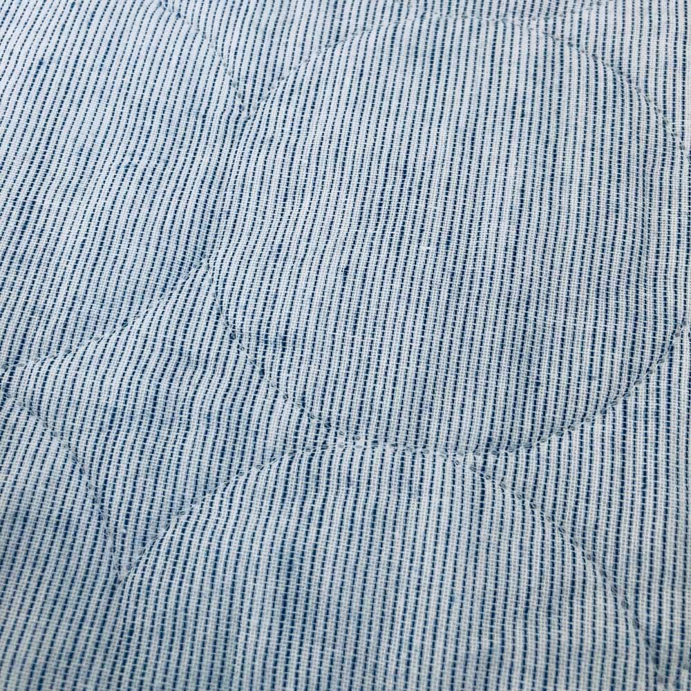 パシーマ(R)EX(先染めタイプ)夏の限定色デニムブルー キルトケット 先染め糸を使用し、経糸と横糸に白い糸を混ぜることでニュアンスのある生地に仕上がりました。片面はミックス調の無地、もう片面はピンストライプの柄のリバーシブル仕様です。