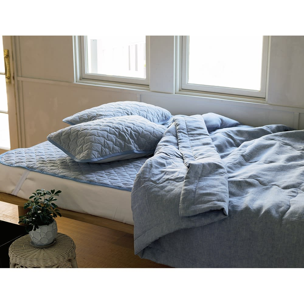 ファミリー布団用 洗えるふんわりリネン敷きパッド(ファミリーサイズ・家族用) (イ)ブルー グレイッシュでトレンド感のあるブルーは、リネンの爽やかな風合いにもぴったり。
