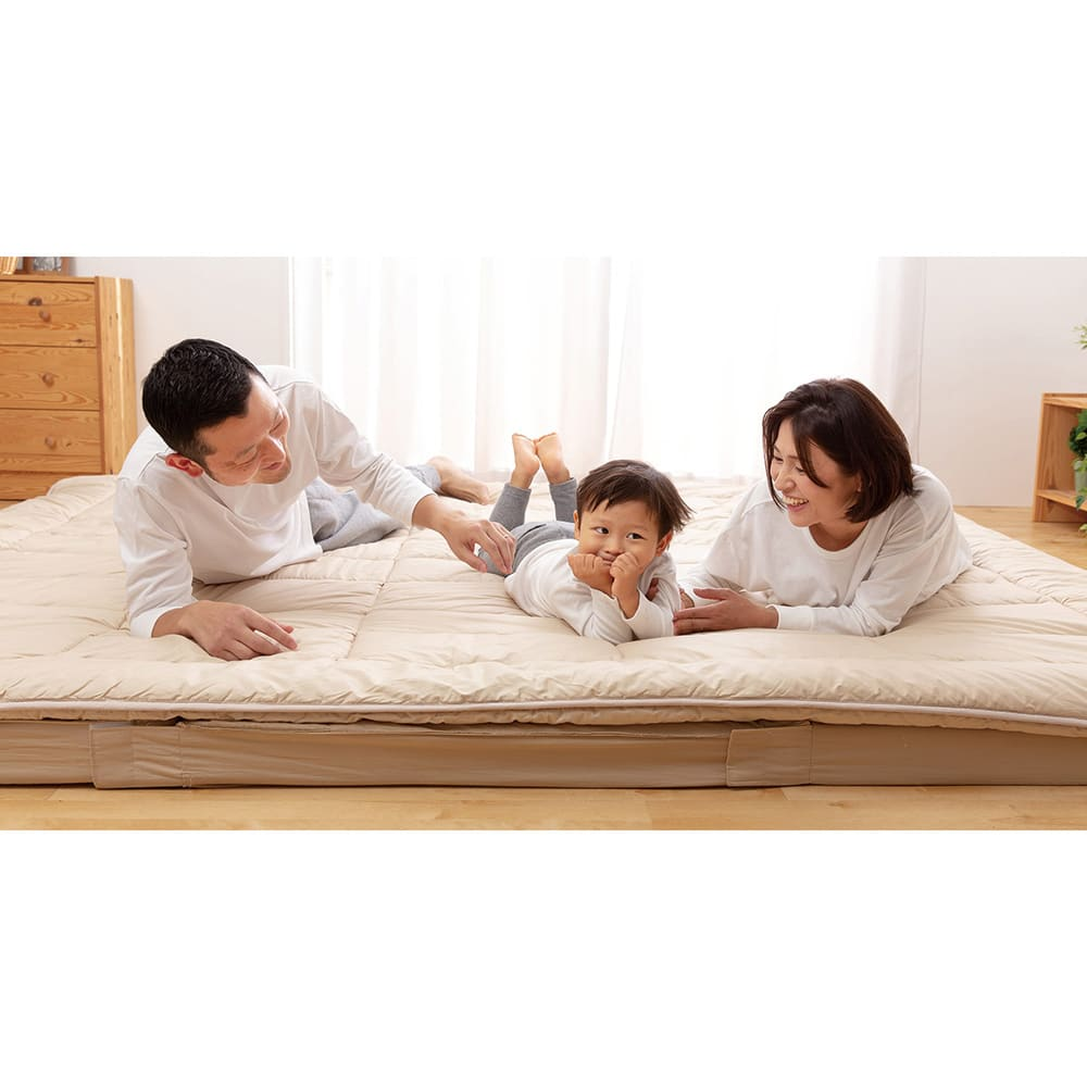抗菌コンパクト&ワイド ファミリー布団 厚さ約9cm レギュラータイプ(上層パッド+下層マットセット) 家族みんなで仲良く一緒に、広々眠れる大きな敷布団!収納はコンパクト使うときは広々のロングセラーファミリー寝具。ボリュームたっぷりで寝心地も◎!