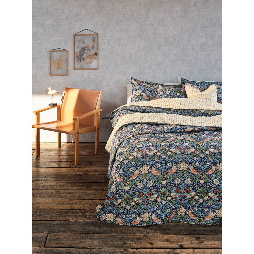 モリスギャラリー カバーリング〈いちご泥棒〉 ベッドスプレッド 185×275cm [コーディネート例] (ア)ネイビー系 ※お届けはベッドスプレッドです。