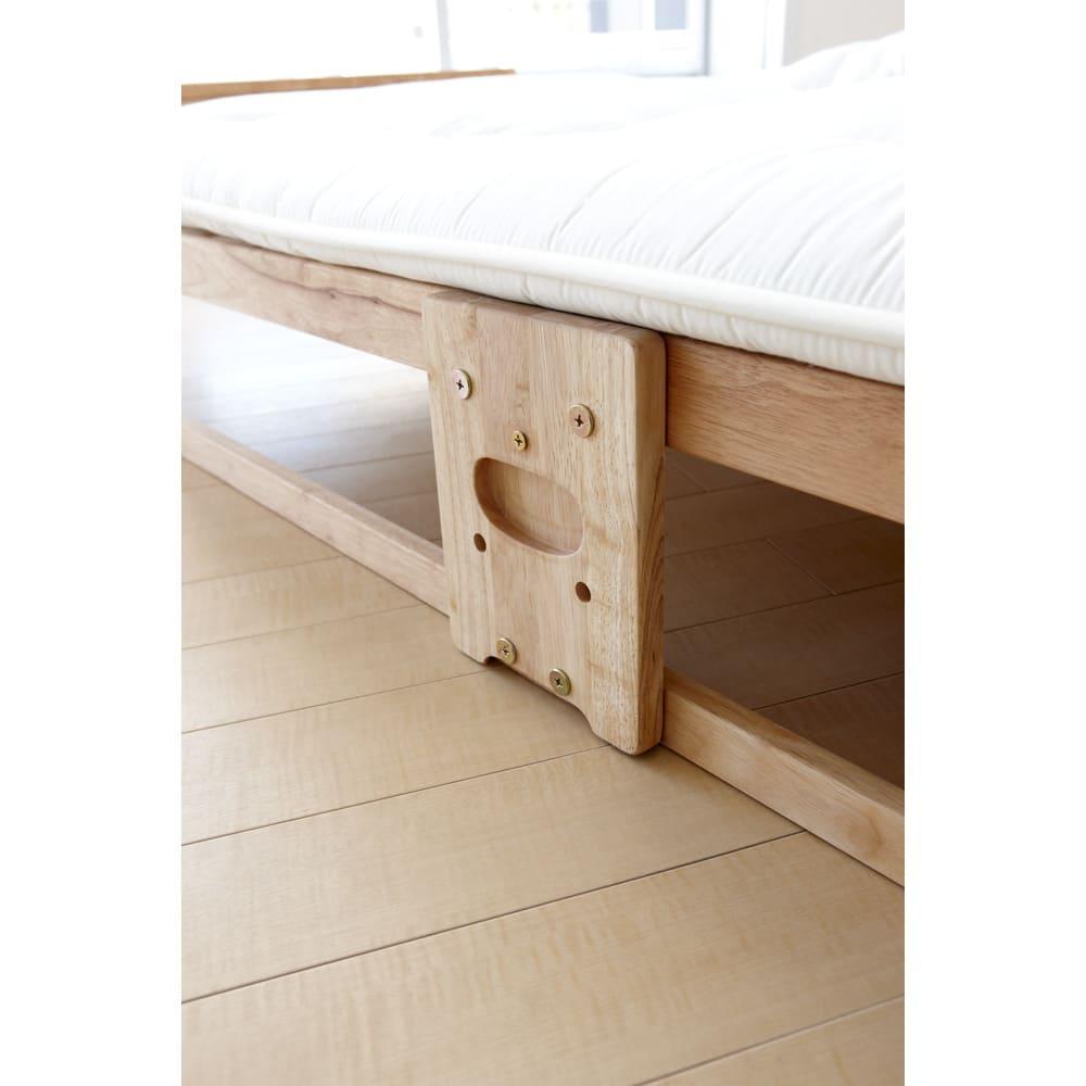 折りたたみ式ひのきすのこベッド シングル 取っ手部が床面と高さが揃っているので、布団を敷いても邪魔にならない設計です。
