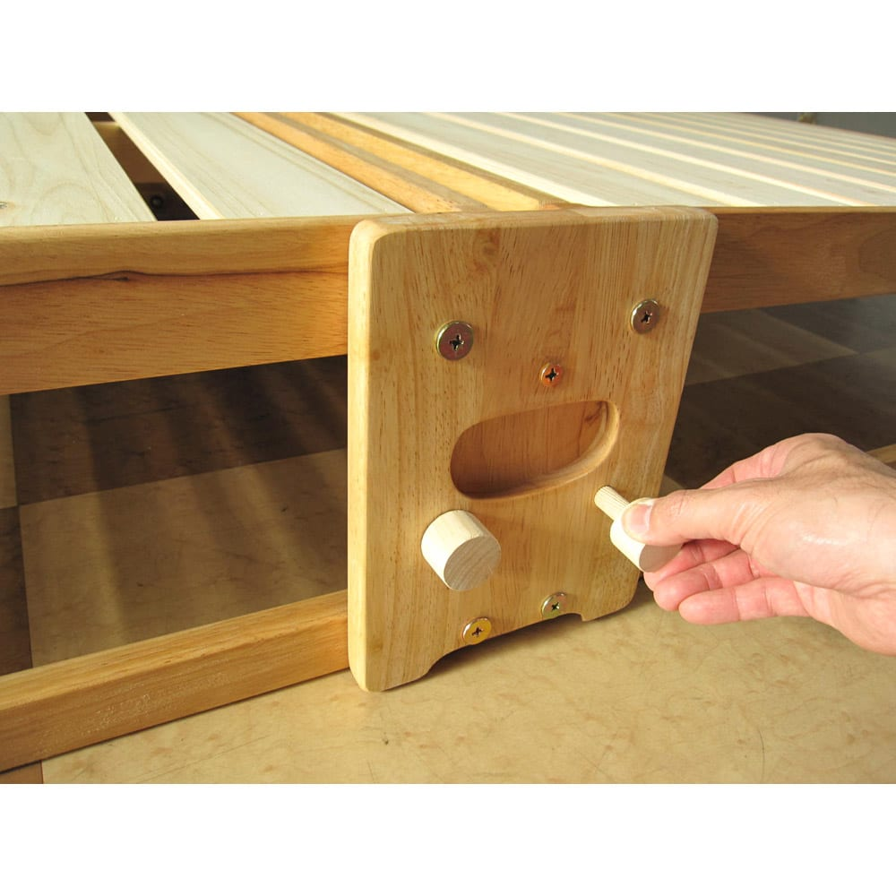 折りたたみ式ひのきすのこベッド ワイドシングルハイ 折りたたむ時は、手挟み防止のため、まずストッパーピンを取っ手部に取り付けてからたたみます。