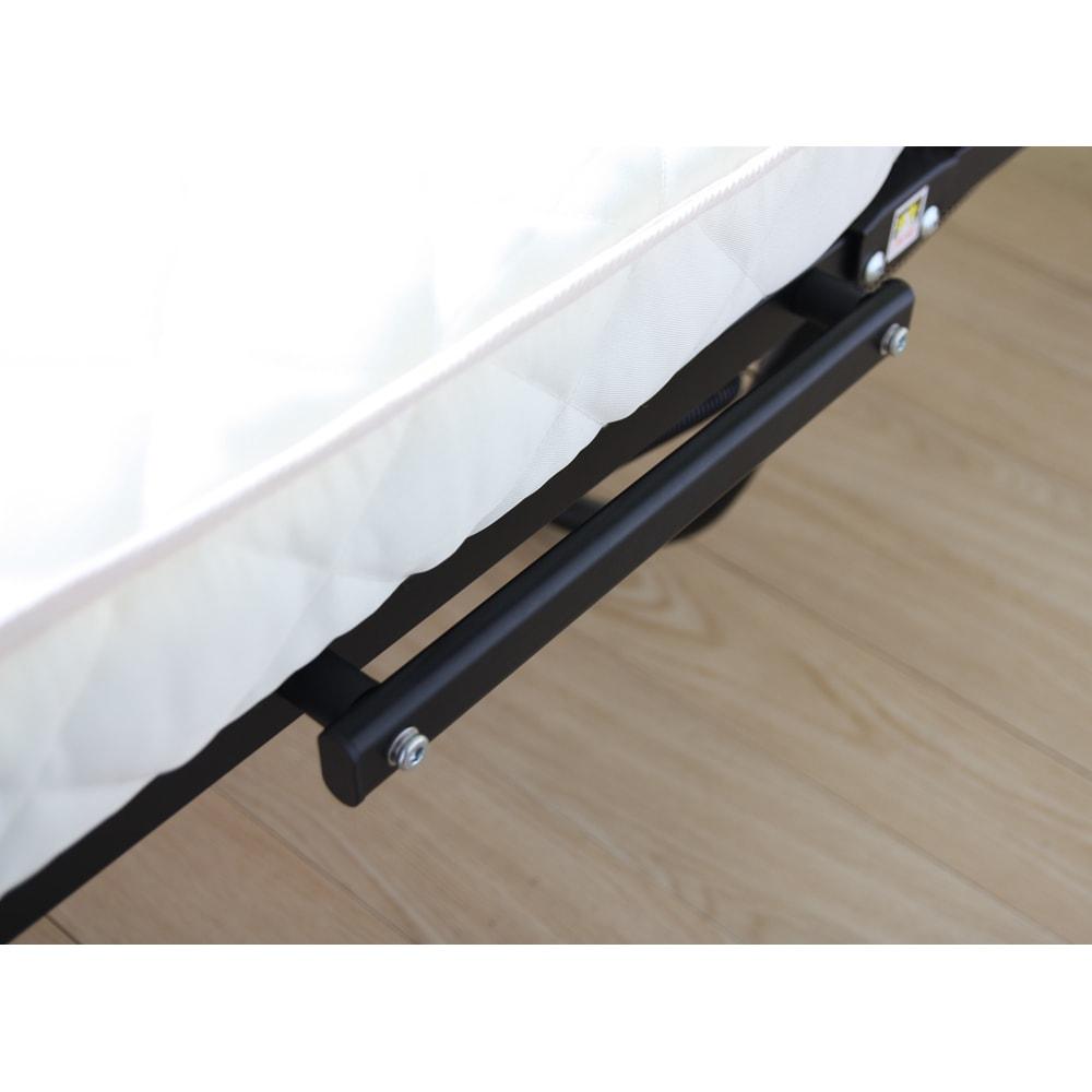 組立不要 立ち座りしやすい折りたたみベッド 中央のレバーを「ちょっと持ち上げる」だけで、ラクに折りたためます。