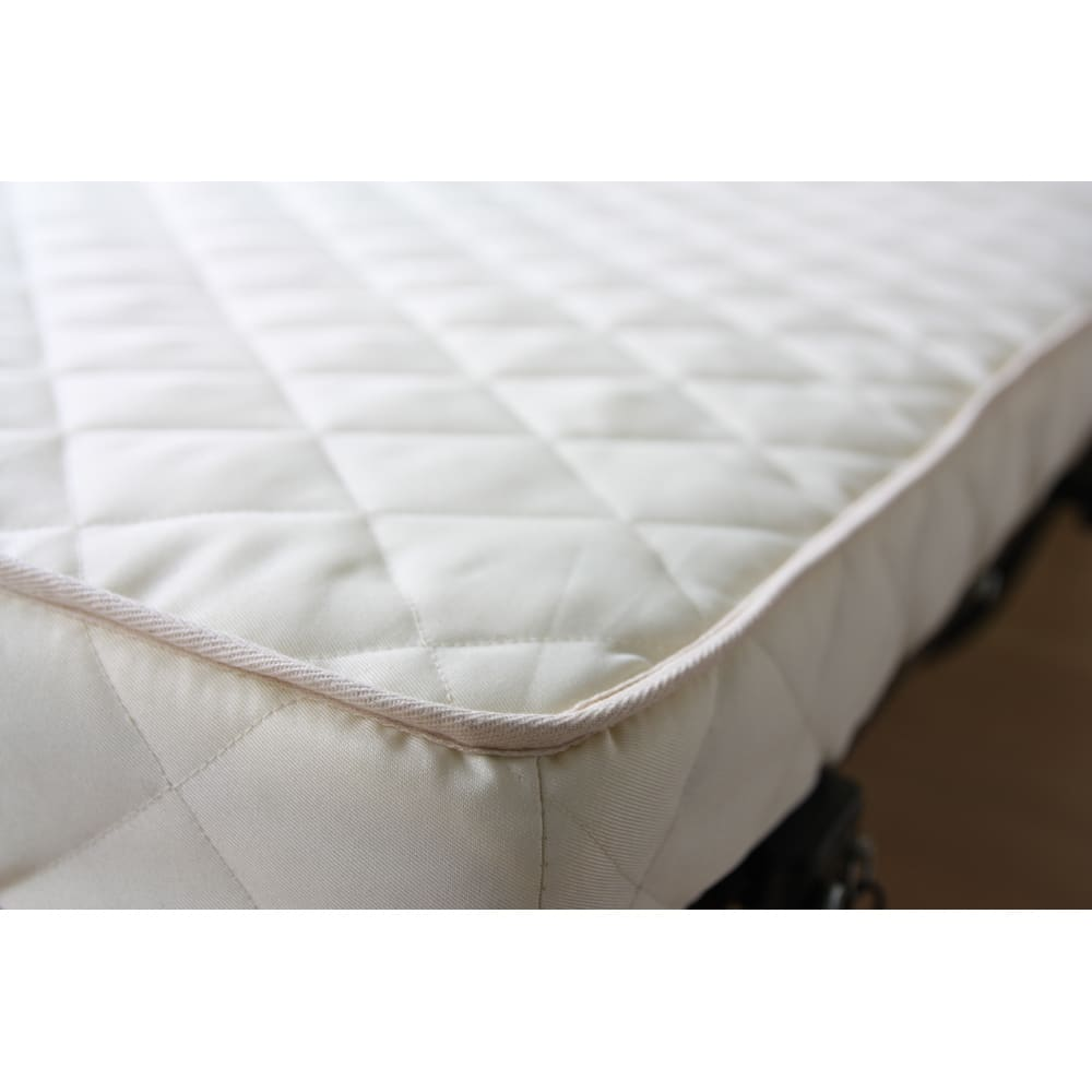 組立不要 立ち座りしやすい折りたたみベッド 凸凹加工された低反発ウレタンが体にフィットし、快適な寝心地に。