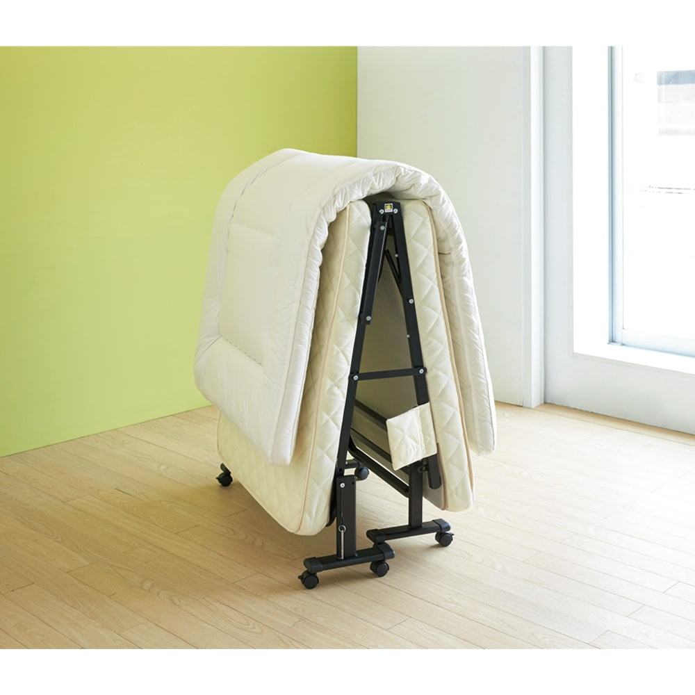 組立不要 立ち座りしやすい折りたたみベッド 布団干しモードにすれば、布団をのせたままキャスターで窓際へ。
