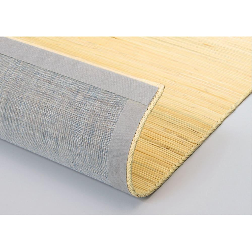 39穴籐ラグ 裏面:傷が付きにくいように、裏面に綿布を貼っています。