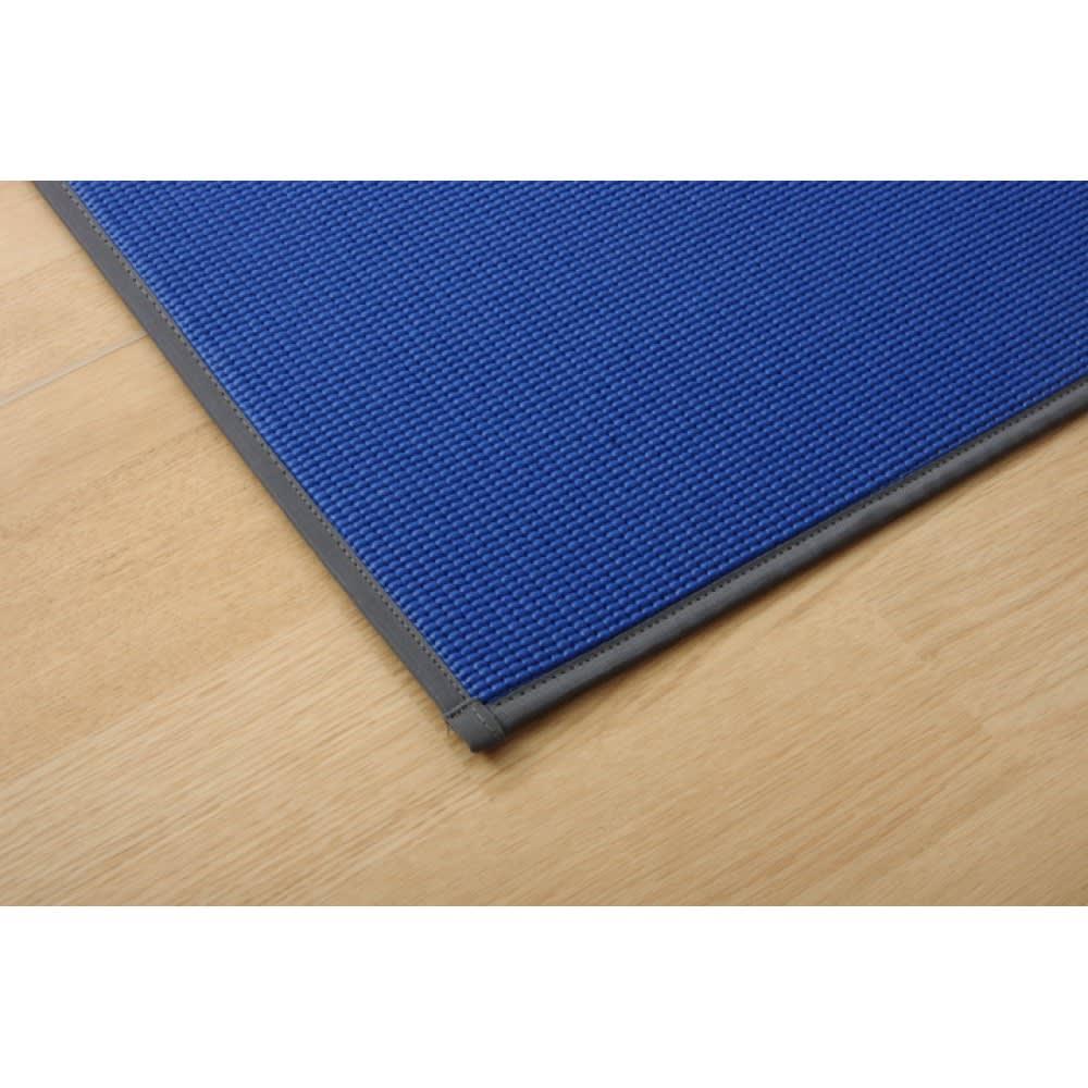 い草のマット〈畳ヨガ〉ラティス 裏面は滑りにくく適度なクッション性があり、ヨガマットにも使用されるPVC素材を組み合わせています。