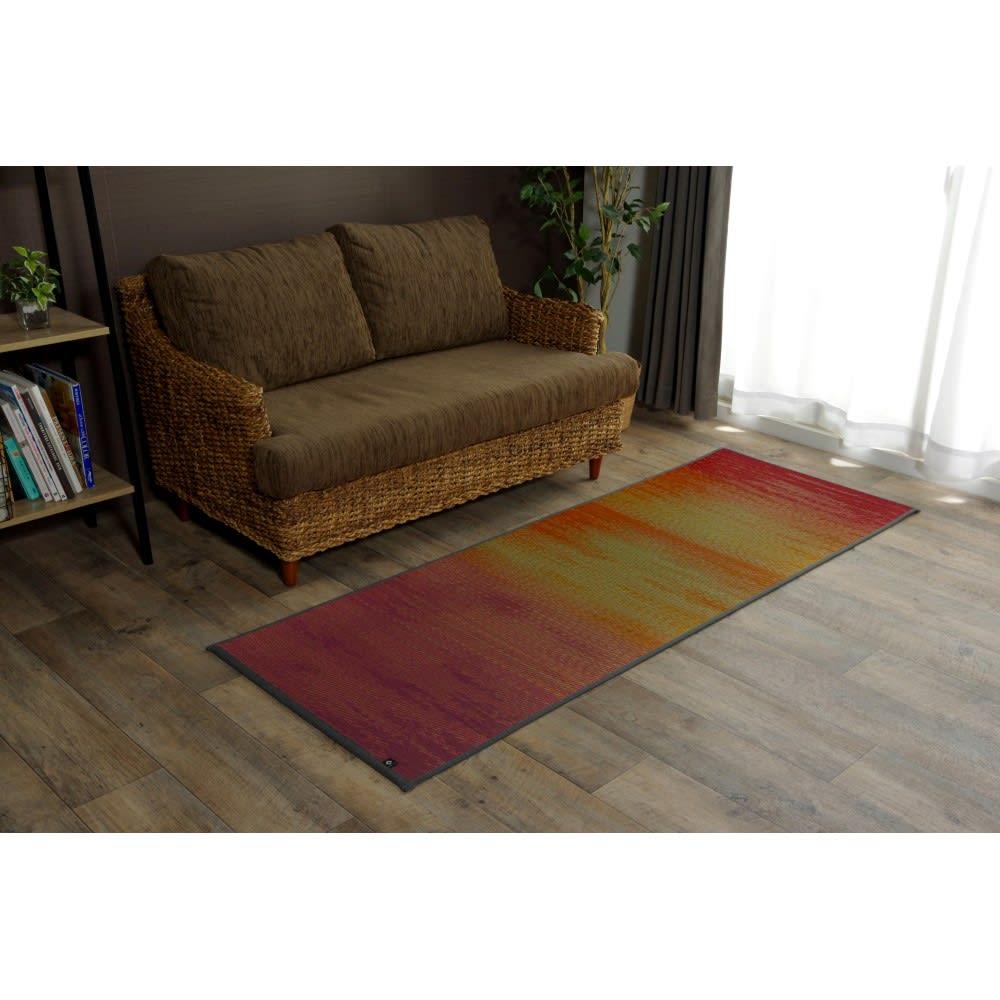 い草のマット〈畳ヨガ〉SKYSEA ソファ前などインテリア空間に手軽に取り入れられる、い草素材の夏のパーソナルマットです。 (ア)サンセット(レッド系)