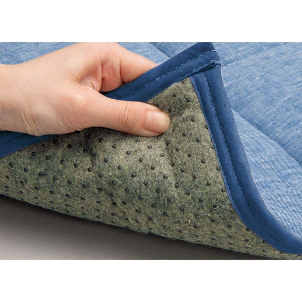洗えるリネンのふんわりキルトラグ 裏面は滑りにくい加工。夏のラグにありがちなズレや滑りを防ぎます。