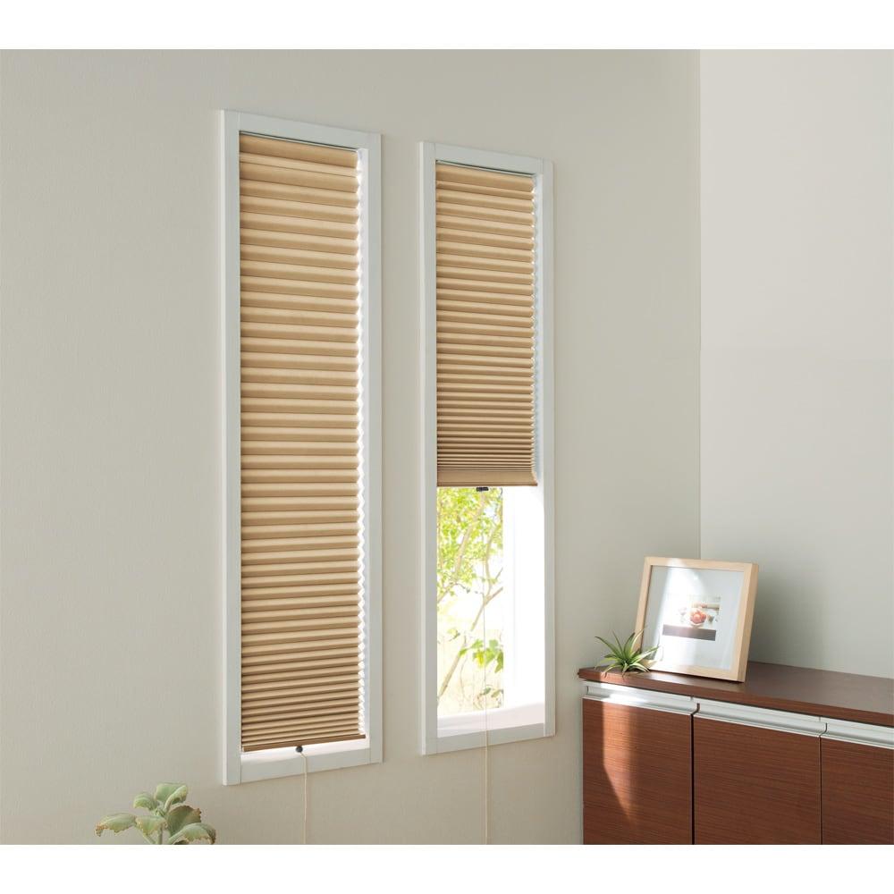 遮光・断熱ハニカム構造の小窓用シェード(つっぱりポール付き)【生地幅35cm・59cm】 (イ)ベージュ 幅が狭い窓にも、イージーオーダーでピッタリサイズを注文できます。