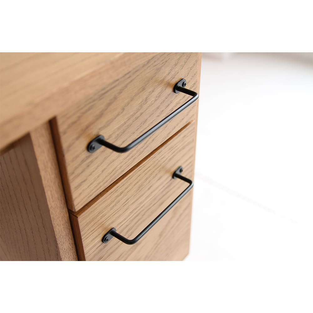 コンパクトなブルックリン風ワーキングシリーズ ワーキングデスク 取っ手は、レトロヴィンテージ調を感じさせる使いやすいデザイン。