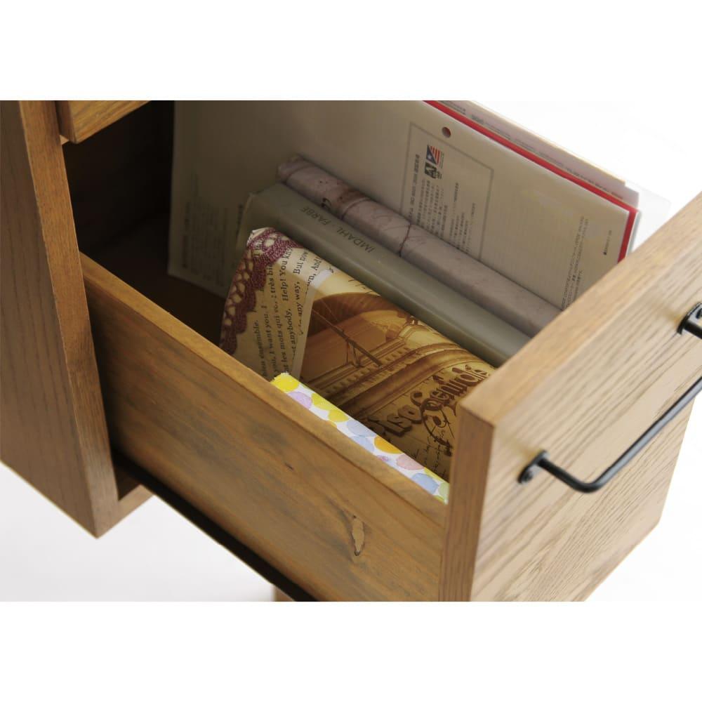 コンパクトなブルックリン風ワーキングシリーズ ワーキングデスク 下段にはA4ファイルを立てて収納でき、取り出しやすくきれいに整理できます。机の上を片付けて作業スペースを確保できます。下段引き出し内寸 : 幅15cm x 奥行35.5cm x 高さ140cm。