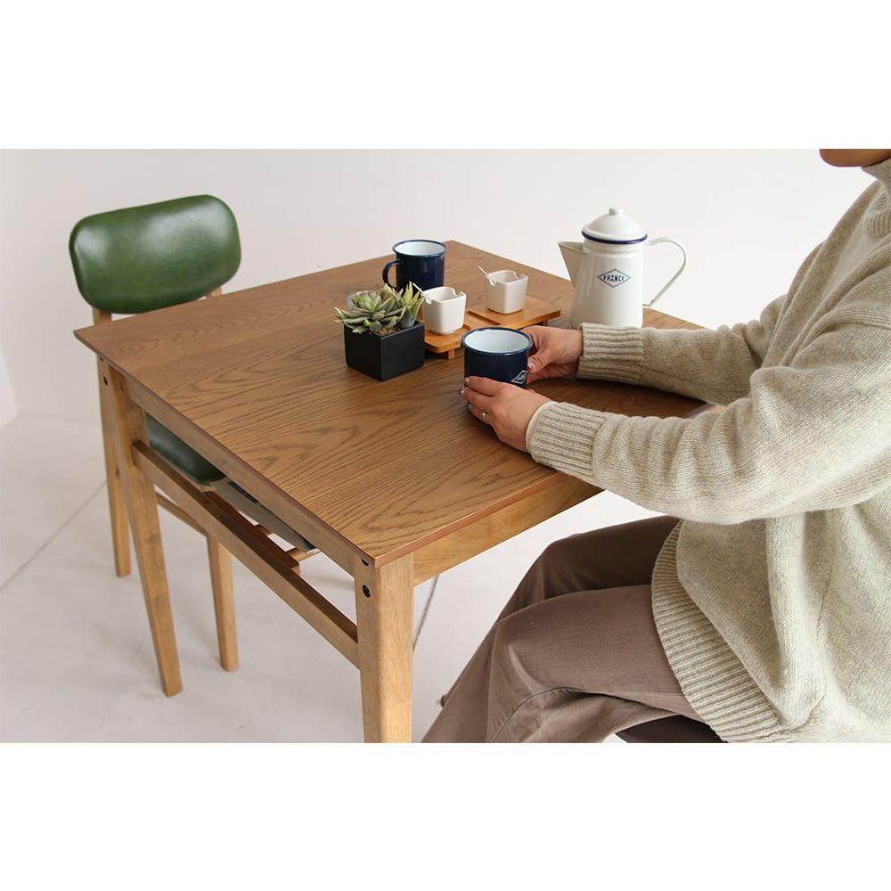 コンパクトなブルックリン風シリーズ ダイニングテーブル 幅75cm  一般的に、1人分のテーブルスペースは、横幅60cm×奥行40cmが基準と言われています。このスペースが1人分の食器を並べられるスペースと考えられています。 ※モデル身長159cm