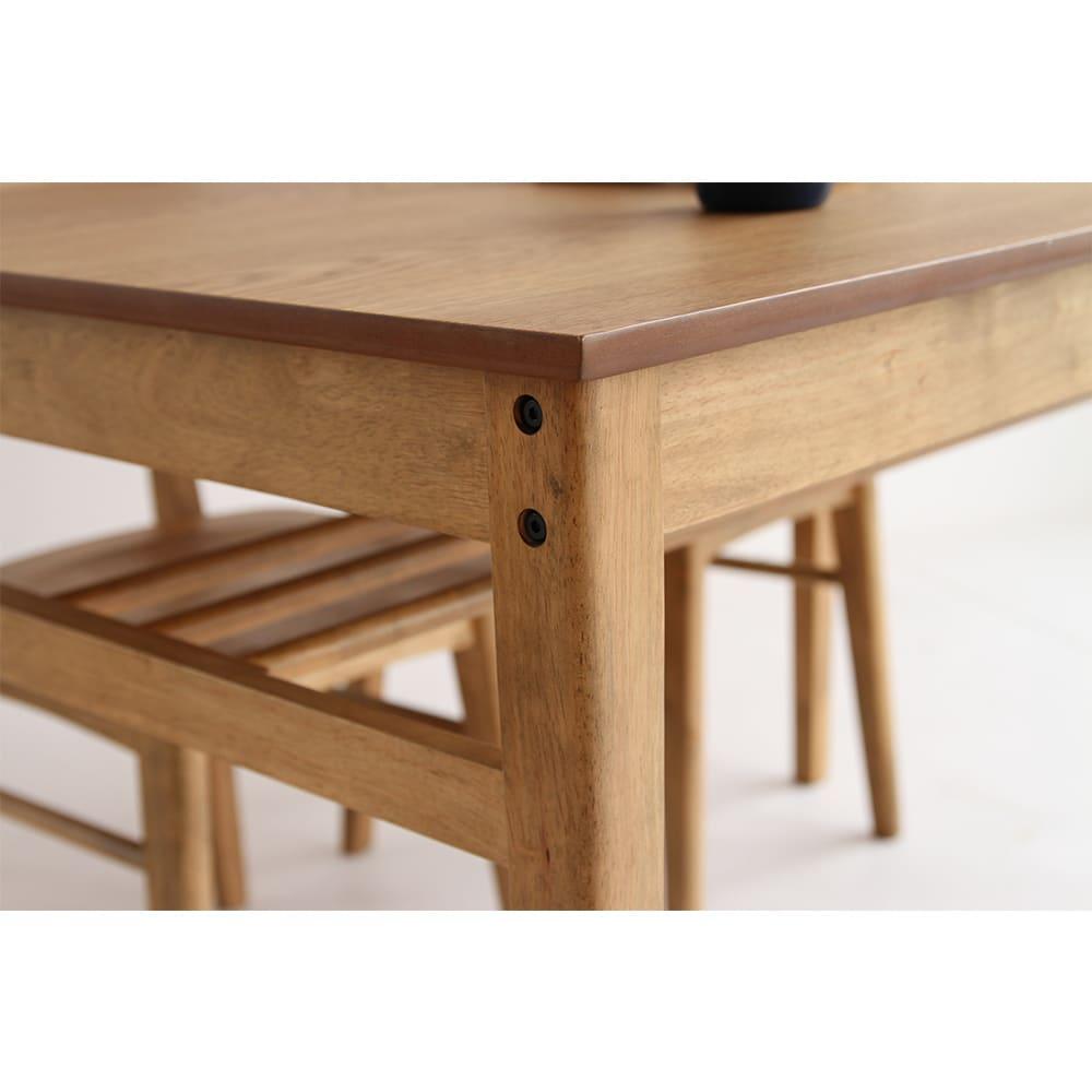 コンパクトなブルックリン風シリーズ ダイニングテーブル 幅75cm 外からあえて見えるようにデザインにしたブラックボルトがアクセントに。
