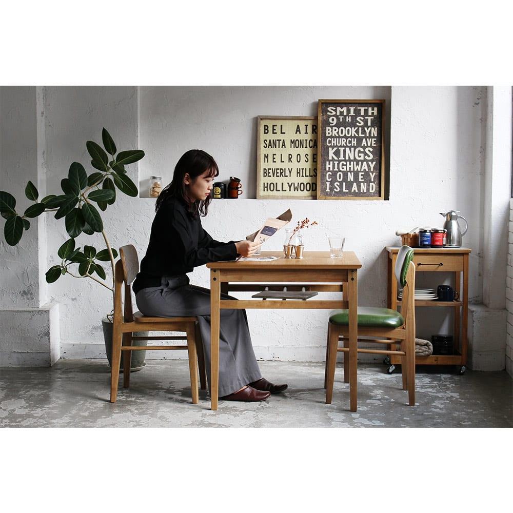 コンパクトなブルックリン風シリーズ ダイニングテーブル 幅120cm 使用イメージ 心地よく使えて、機能性を失わないサイズになっています。 ※写真はダイニングテーブル幅75cmタイプです。