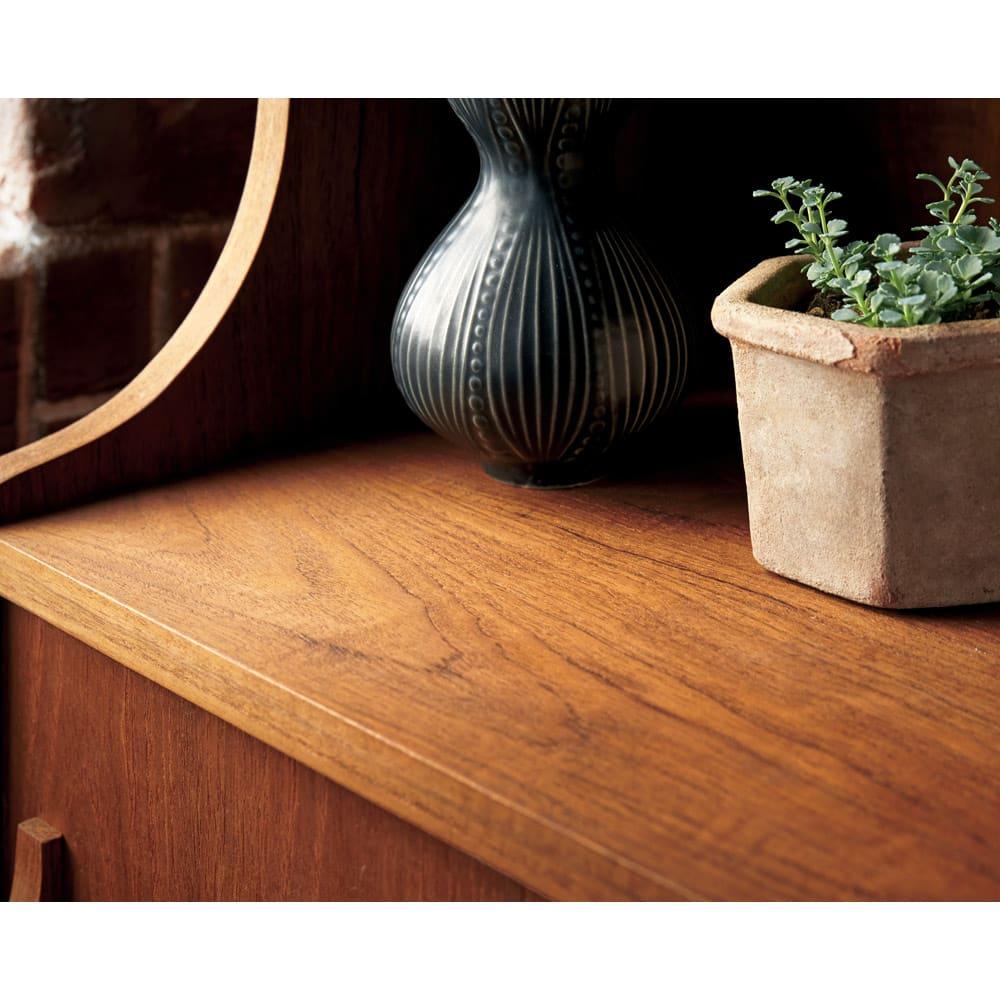 北欧ヴィンテージ風 チーク材 リビング収納 飾り棚付きリビングボード 幅80cm その美しい木目と耐久性で世界中で人気のあるチーク材を、味わい深さが増すオイルフィニッシュで仕上げました。