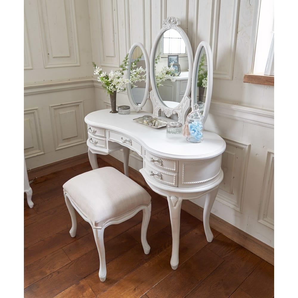 シャビーシック ホワイト フレンチ収納家具シリーズ ドレッサー 美しい曲線デザインは、横から見ても魅力的な佇まいです。