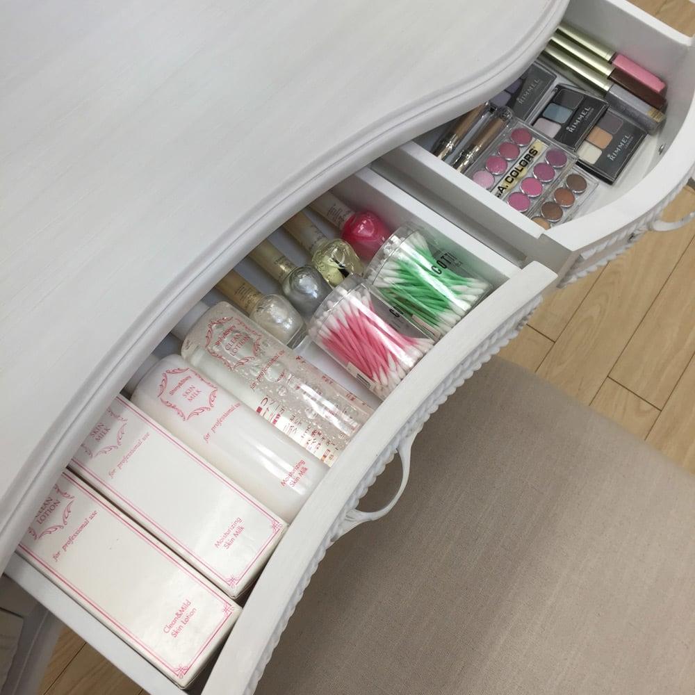 シャビーシック ホワイト フレンチ収納家具シリーズ ドレッサー 引出しはゆったりとした奥行なので、たっぷりと物が入ります。