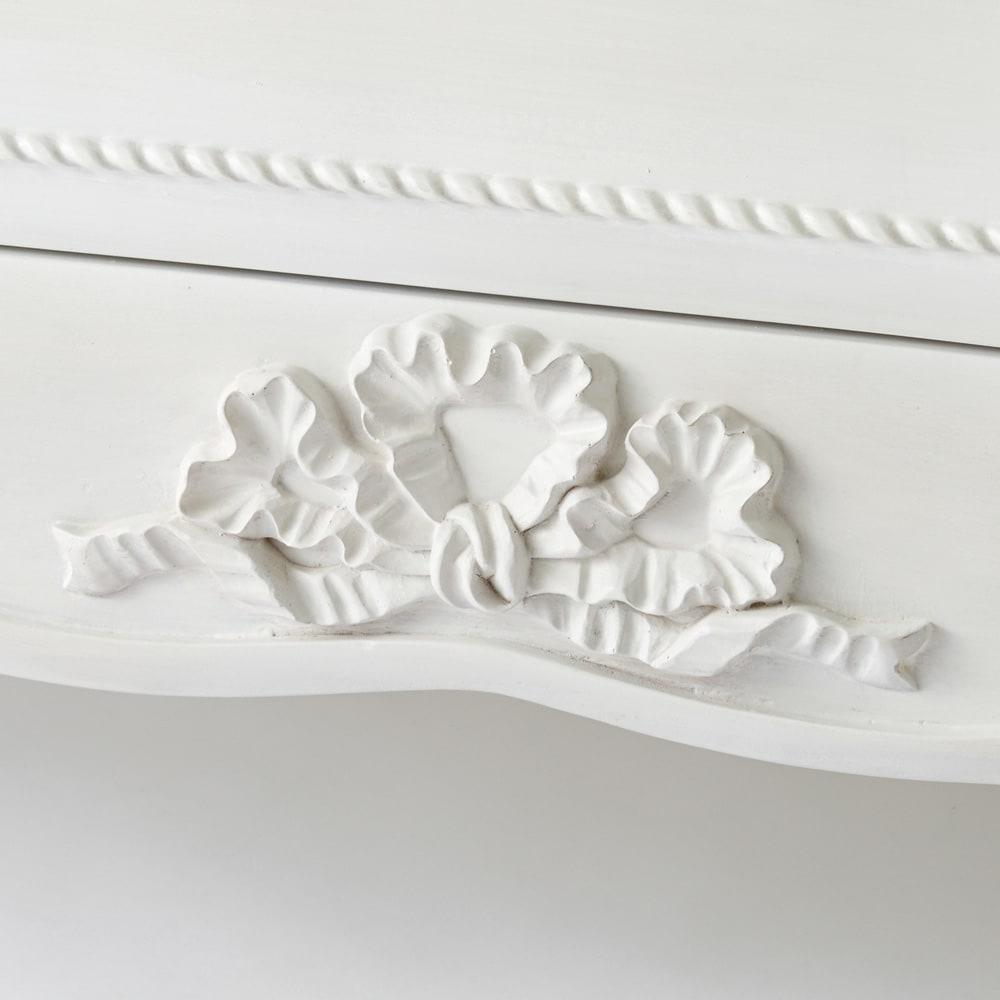シャビーシック ホワイト フレンチ収納家具シリーズ サイドチェスト ボリュームのあるリボンのモチーフがかわいらしさを添えます。