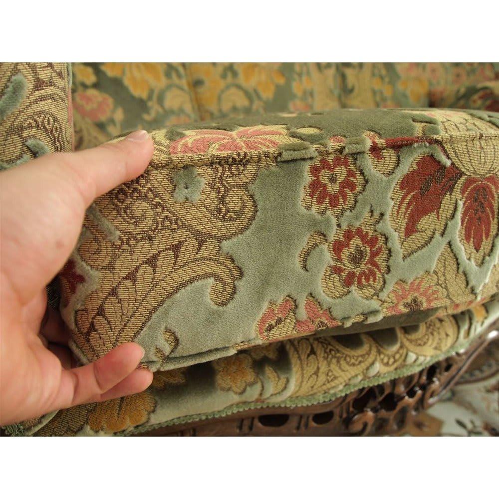 イタリア製 花柄が艶やかな金華山織張 DXソファ ラブ(2人掛け) 厚みのあるクッションで、くつろぎの時間を演出します。