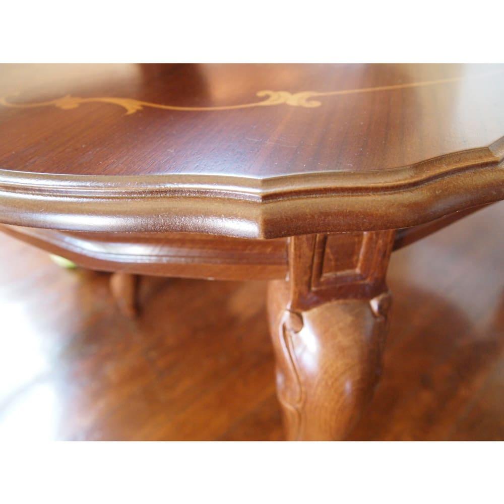 イタリア製象がんシリーズ リビングテーブル 幅117.5cm 天板の淵にも、なめらかな装飾が施されています。