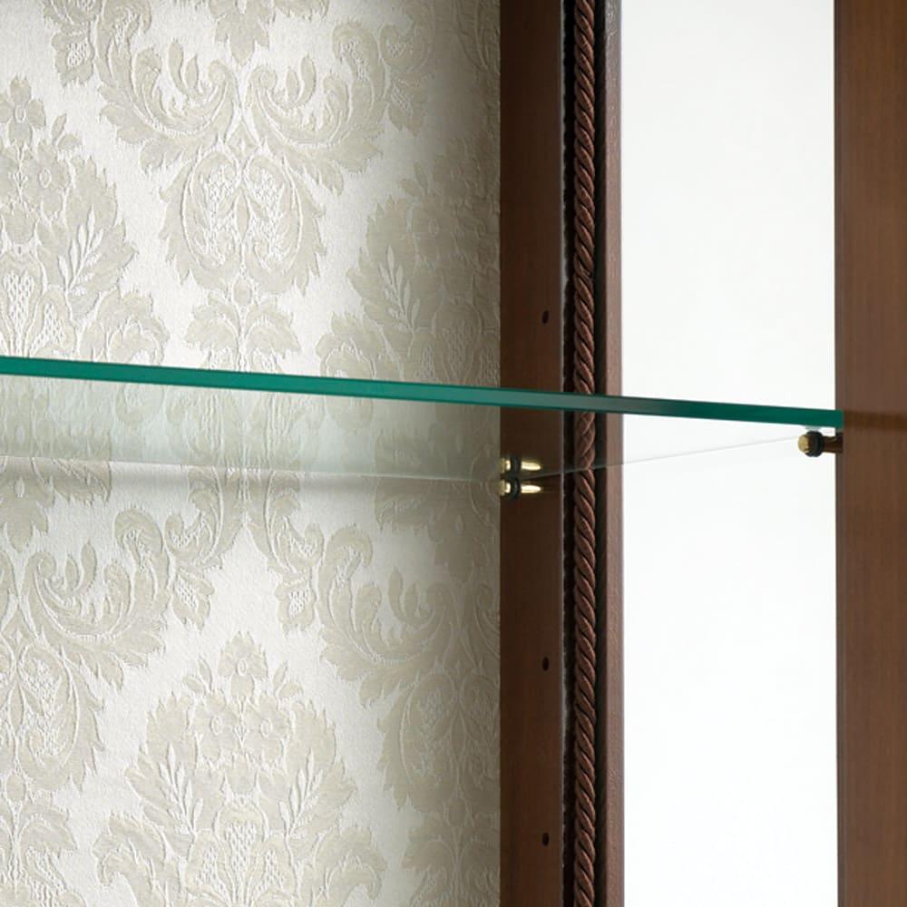 イタリア製象がんシリーズ ガラスキャビネット 高さ145.5cm 収納部背面には上品な柄のファブリックが貼られ、収納物を美しく引き立てます。