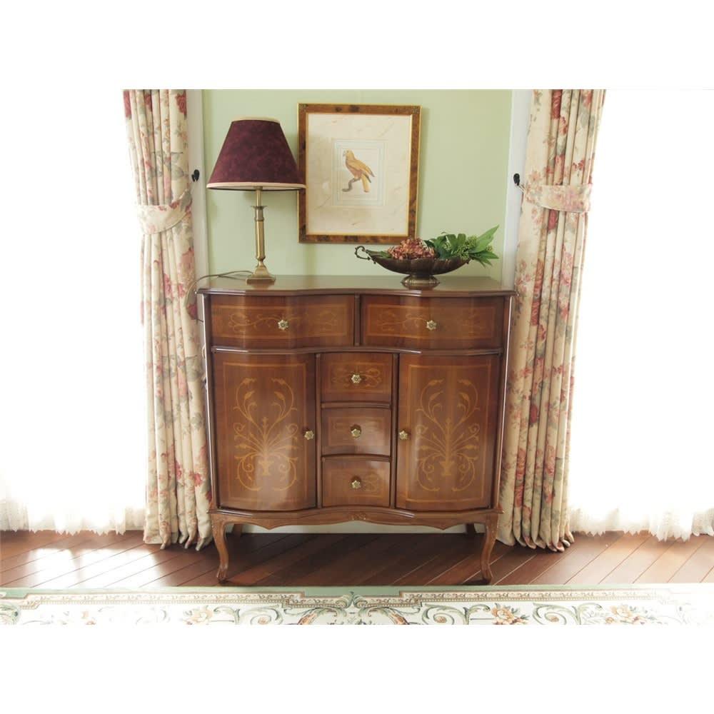 イタリア製 象がん 収納家具 猫脚 コンソール チェスト キャビネット 左右対称のすっきりとしたデザインはお部屋にすっきりとした印象を与えます。