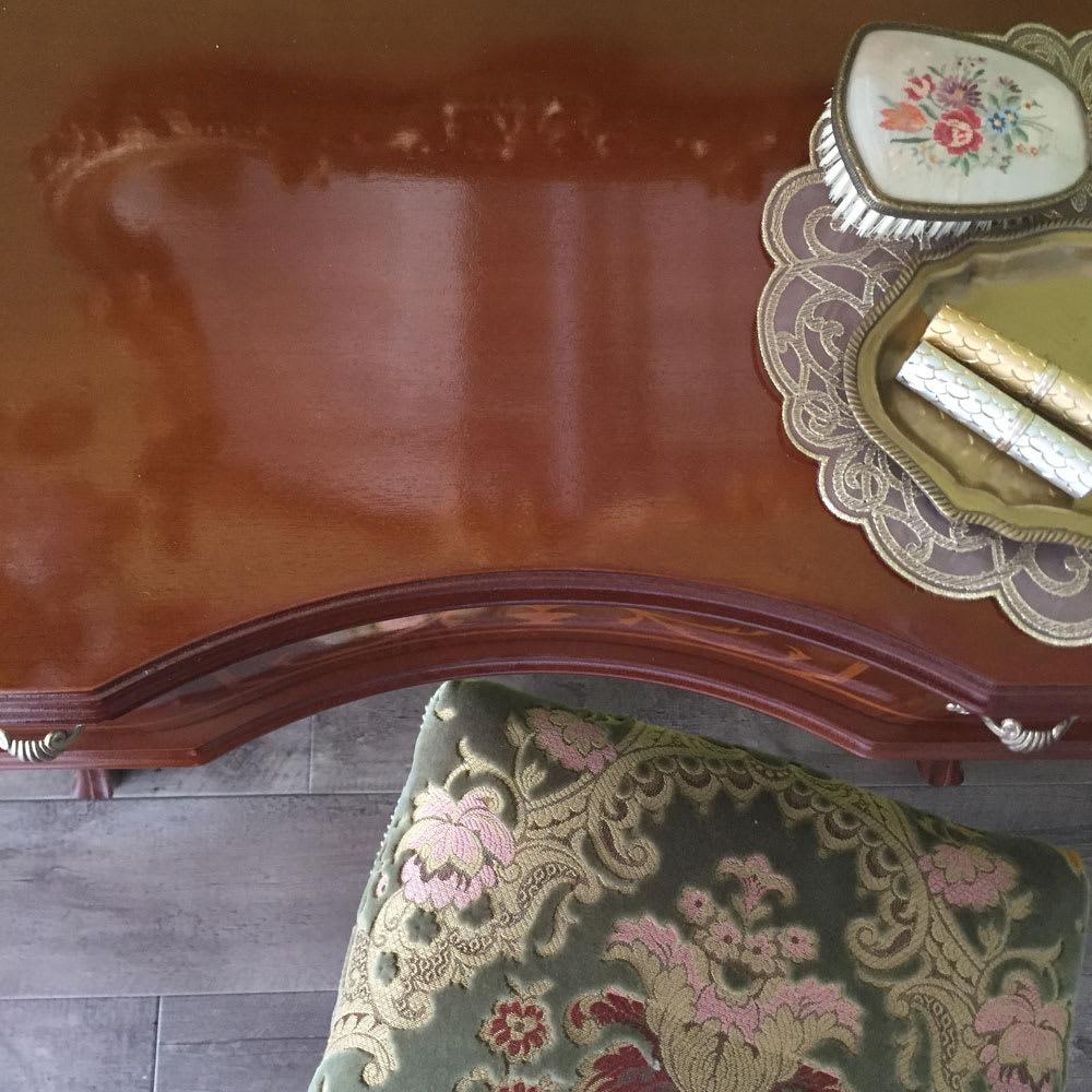 イタリア製猫脚シリーズ コンソールデスク 天板はカーブを描いているので、体の形にフィットし使いやすいのも魅力です。
