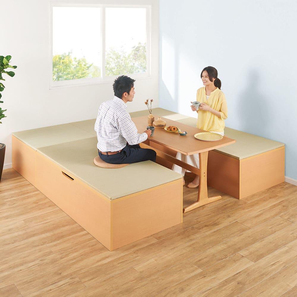 跳ね上げ式ユニット畳 ヘリ有り半畳 高さ33cm テーブルを囲んでコの字型に置けば掘りごたつ風ダイニングに。(※写真はヘリ無・1畳×2+半畳×2)