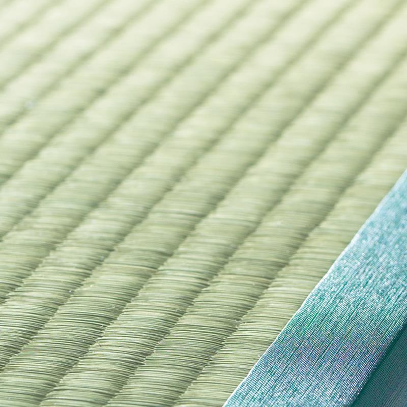 跳ね上げ式ユニット畳 ヘリ有り半畳 高さ33cm 畳表には100%天然のい草を使用。リラックスできる香りのい草は調湿性があるのも特長です。