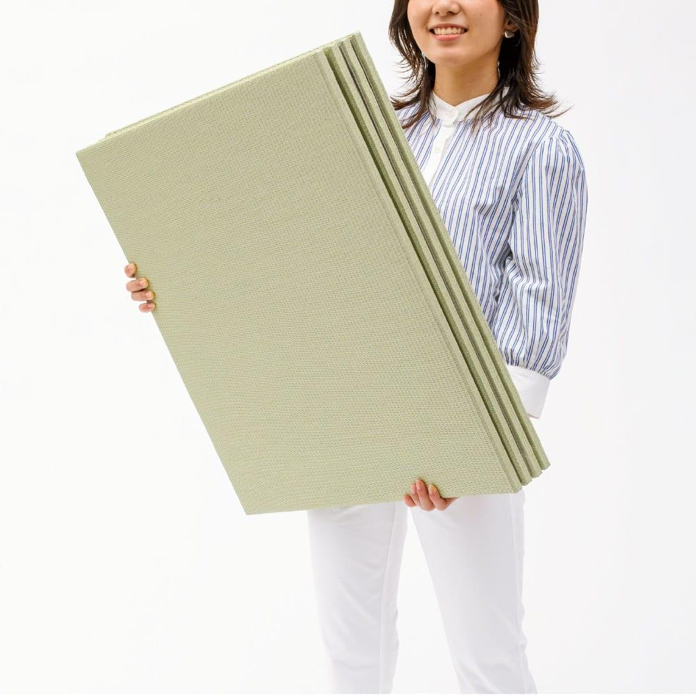 丸洗いできる!すっきりデザインのずれにくい軽量置き畳 ミニサイズ60cm×60cm・3畳用(6枚組) 【軽量で移動もラクラク】薄くて軽いので移動も設置もラクラク。女性ひとりでも取り扱いは簡単です。 ※写真は(ア)グリーンです。