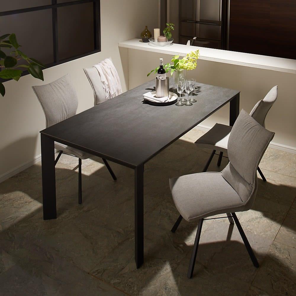 セラミック天板ダイニングシリーズ テーブル幅90cm 使用イメージ(ア)グレー系 ※写真はテーブル幅165cmです。