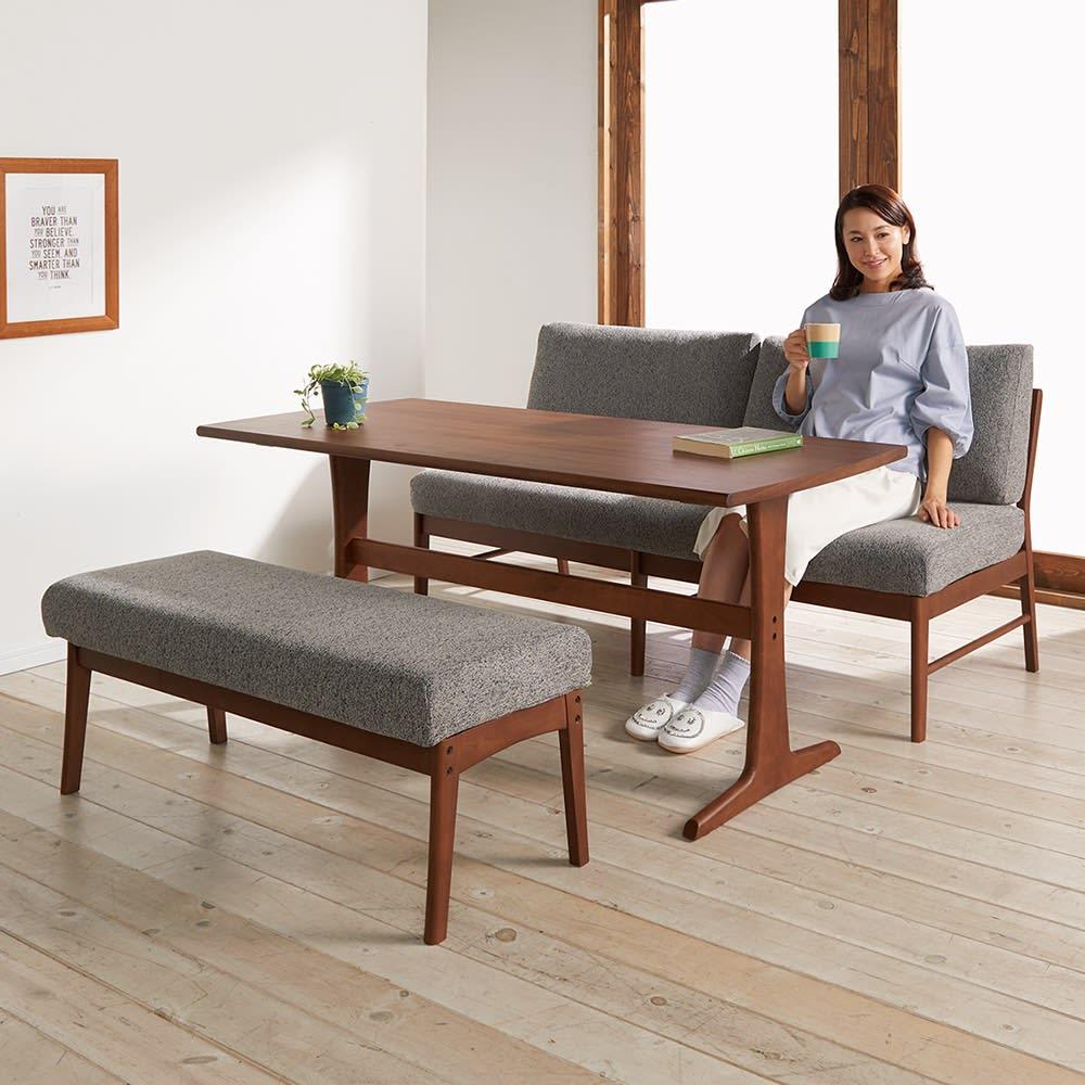ゆったり寛げるリビングダイニングシリーズ テーブル コーディネート例(イ)ブラウン 落ち着きをたたえたブラウン。食卓への出入りがラクなベンチとの組み合わせ。