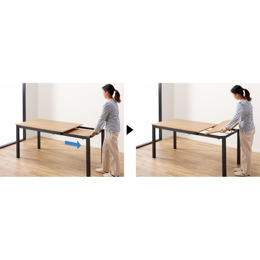 ブルックリン風天然木伸長ダイニングセット 5点セット(ダイニングテーブル+レザー調ダイニングチェア2脚組×2) 伸長方法は片側を引いて中天板を取り出して設置するだけ。(天板裏にストッパーがあります)引き出す側の脚はキャスター付きで楽に伸長できます。そのままで日常使いに、ホームパーティなどでは伸長して広々使えます。