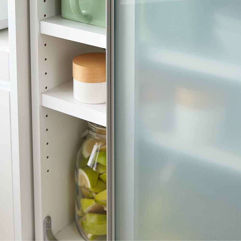 大型パントリーシリーズ スライド収納庫 ガラス扉 幅148cm 乳白ガラスで、収納物をうっすらと隠すことができます。