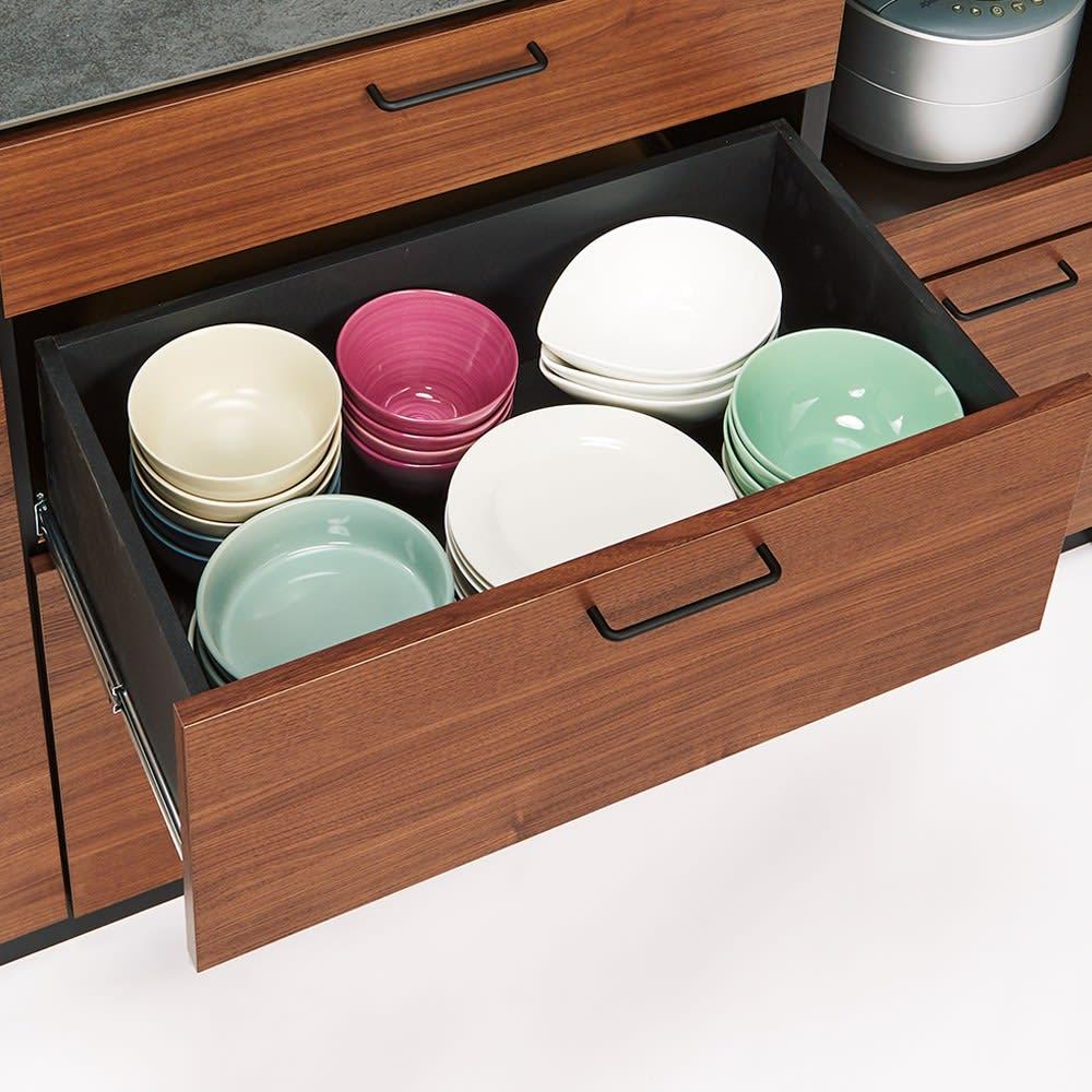 セラミック天板キッチンカウンター 幅140cm 出し入れしやすい中段には食器類を。